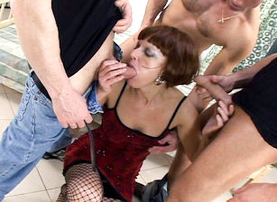 We Wanna Gangbang Your Grandma #02, Scène 1