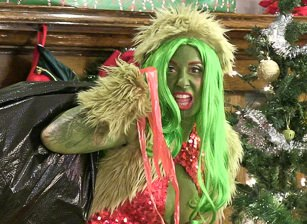 Behind How The Grinch Gaped Christmas, Scène 1