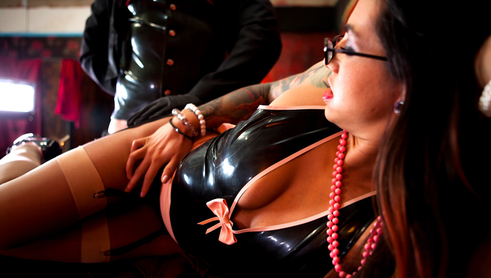 MILF in leather is a new way of pleasure
